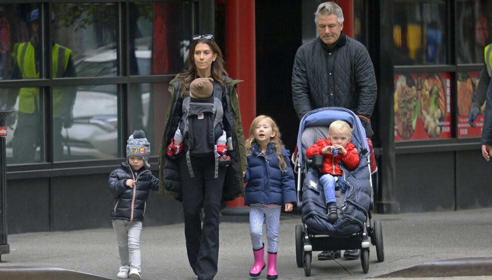 STORFAMILIE: Yogainstruktør Hilaria Baldwin og Hollywood-skuespiller Alec Baldwin har fire barn sammen. I tillegg har han datteren Ireland Baldwin (24) fra forholdet med Kim Basinger. FOTO: NTB scanpix