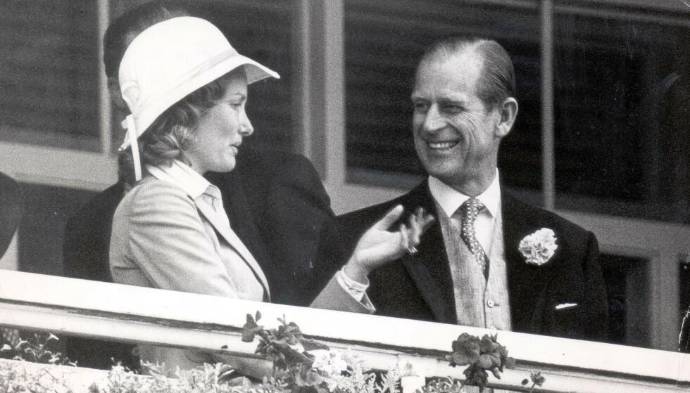 GOD TONE: Stemningen var også god mellom Lord Porchesters kone Jean og dronning Elizabeths ektemann prins Philip. Her fra Epsom Derby i 1976. FOTO: NTB scanpix