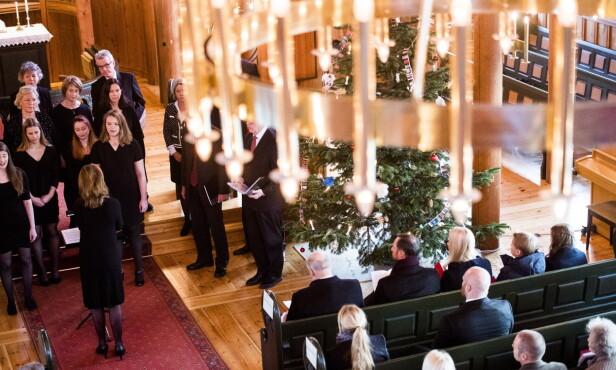 TRADISJON: Kongefamilien (her på første rad) har som tradisjon å delta på julegudstjeneste i Holmenkollen kapell første juledag. Dette bildet er fra 2016. FOTO: NTB scanpix