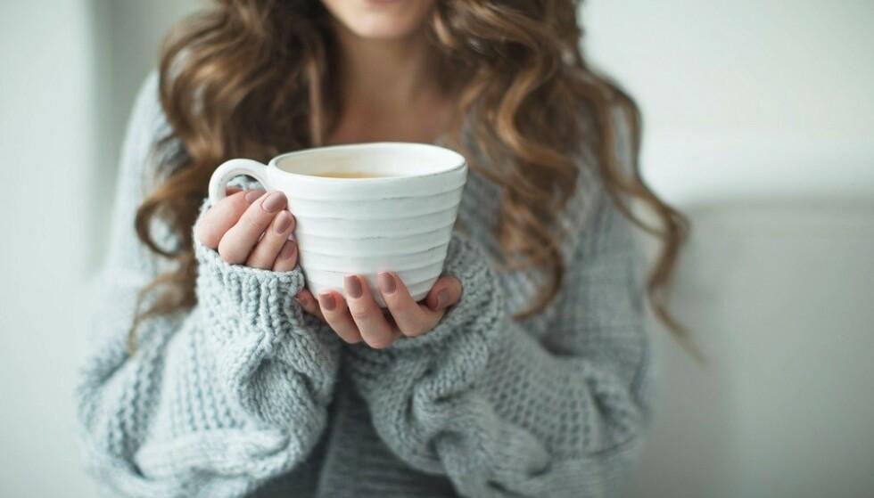 HONNING MOT HOSTE: Honning kan hjelpe mot sår hals - for eksempel ved å bruke det i en kopp varm te. FOTO: Scanpix