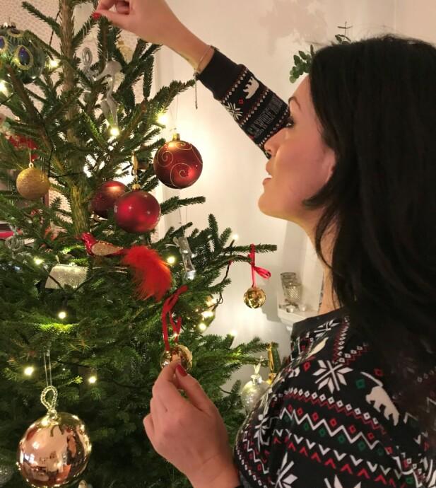 Pynting av juletre er høytid. FOTO: Privat