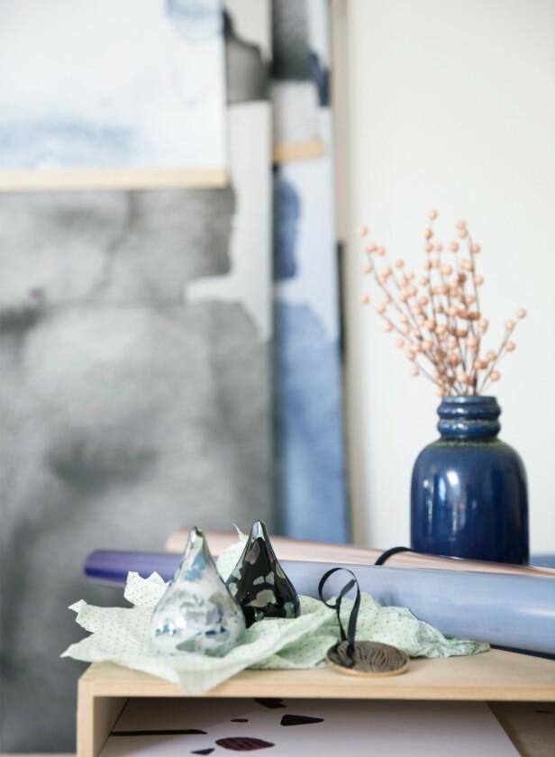 Nynne har valgt blå og grønnlige nyanser som gir et kjølig juleuttrykk og som passer til resten av hennes boligtilbehør. Tips! Å pynte lerkegreiner med pastellkuler, slik det er gjort her, gir en feminin og morsom effekt. FOTO: Kira Brandt