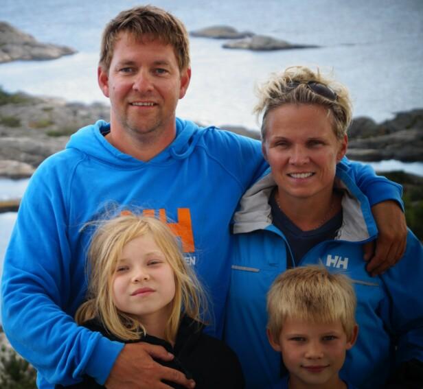 FAMILIE: Her er Cathrine sammen med mannen sin, og to av deres tre barn. FOTO: Privat