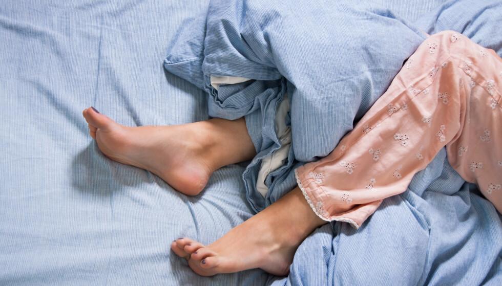 RESTLESS LEGS: Noen får nattesøvnen ødelagt av prikking i bena, såkalt restless legs. Det finnes råd. FOTO: NTB Scanpix