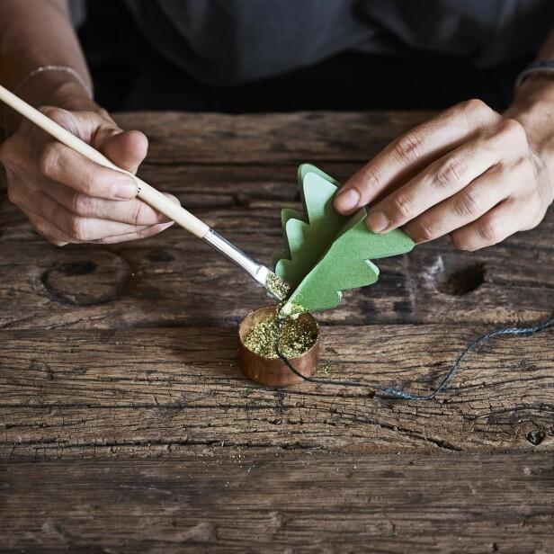 7. Pensle glitteret på. FOTO: Marlene De Jong