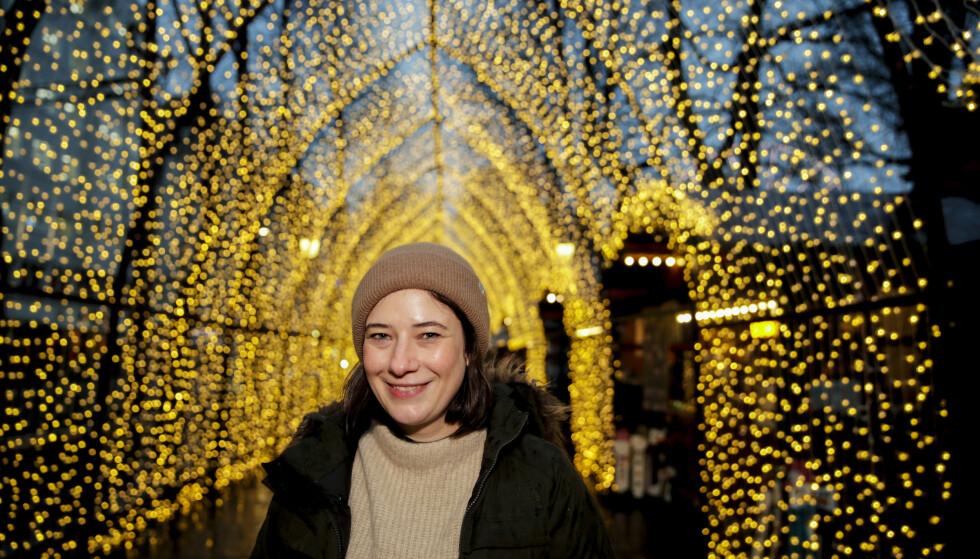 I OSLO: Den britiske forfatteren Genevieve Herr, som skriver under navnet Jenny Gladwell, har lenge drømt om å besøke Norge. Hun deltok på julegranhogsten i Oslo i november 2019. FOTO: NTB scanpix