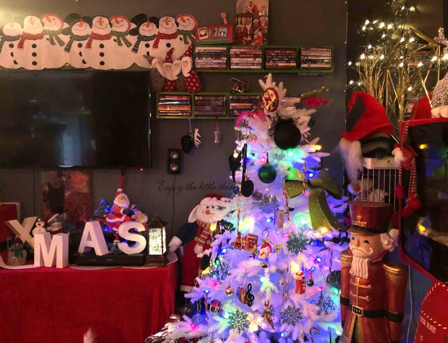 JULETRE: Det hvite juletreet dekorert med mye amerikansk julepynt, er en av Nadines favoritter. FOTO: Privat