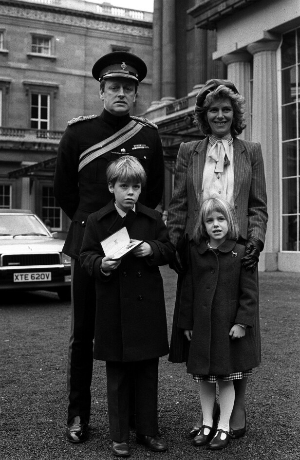 DEKORERT: Familien Parker Bowles på Buckingham Palace i 1984, etter at Andrew har mottatt en utmerkelse fra dronnningen. FOTO: NTBScanpix