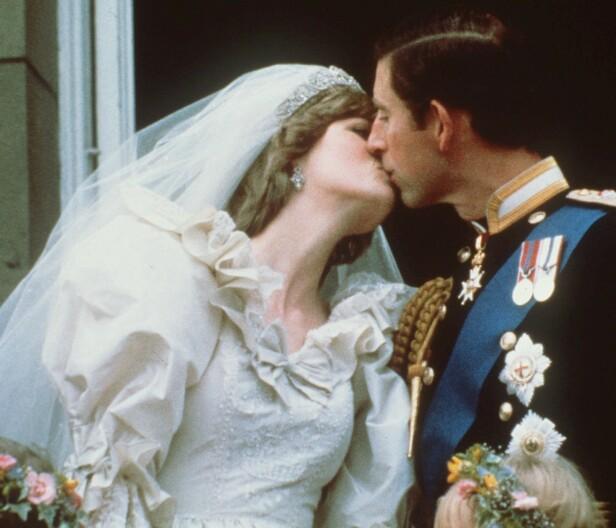 LYKKENS DAG?: Diana og Charles på balkongen som mann og kona. FOTO: NTBScanpix
