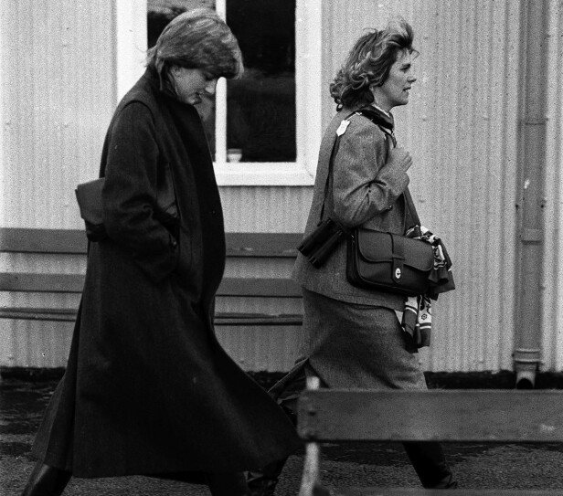 SNART RIVALER: Diana og Camilla side om side på vei til et veddeløp, der prins Charles skal ri i 1980. FOTO: NTBScanpix