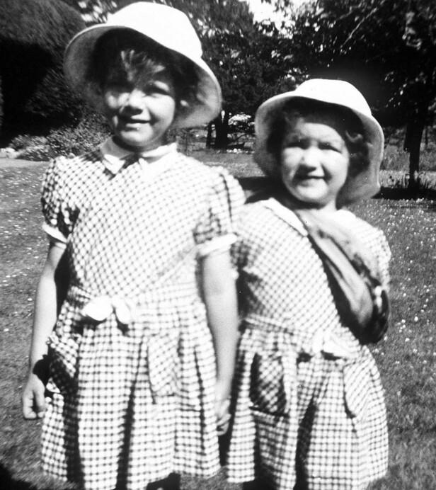 HERTUGINNE IN SPE: Camilla Parker Bowles (4) og søsteren Anabelle (2) i 1952. FOTO: NTBScanpix