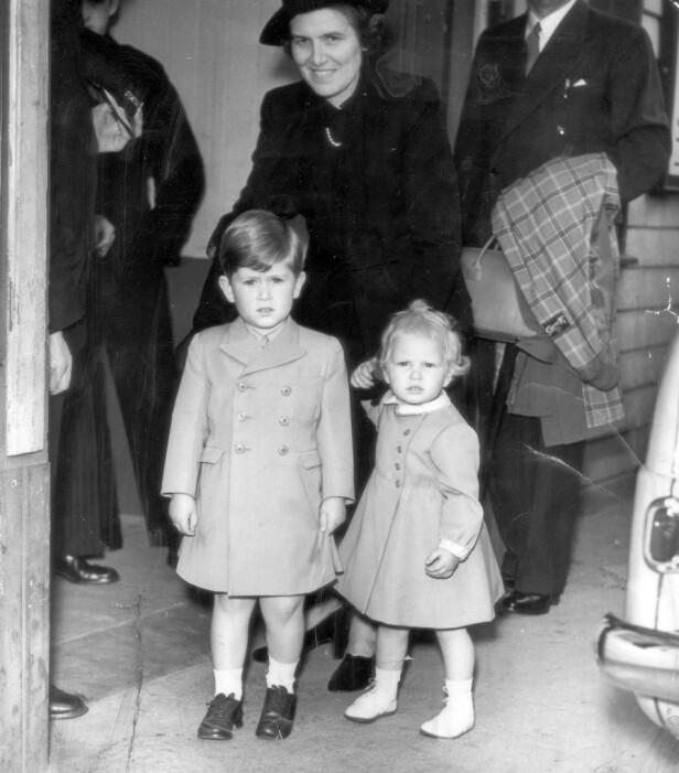 BESKYTTENDE VINGER: Charles (4) og søsteren Anne (2) med barnepiken Helen Lightbody. 1952 etter ferien på Balmoral slott. FOTO: NTBScanpix