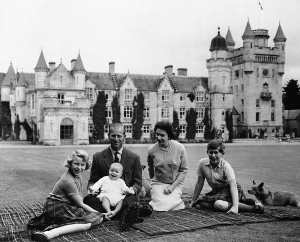 EN HELT VANLIG DAG ...: Unge prins Charles (t.h), sammen med mamma, pappa og søsknene Anne og Andrew foran Balmoral slott. FOTO: NTBScanpix