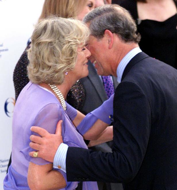 FØRSTE KYSS: i 2001 kunne man for første gang se Charles og Camilla kysse. FOTO: NTBScanpix
