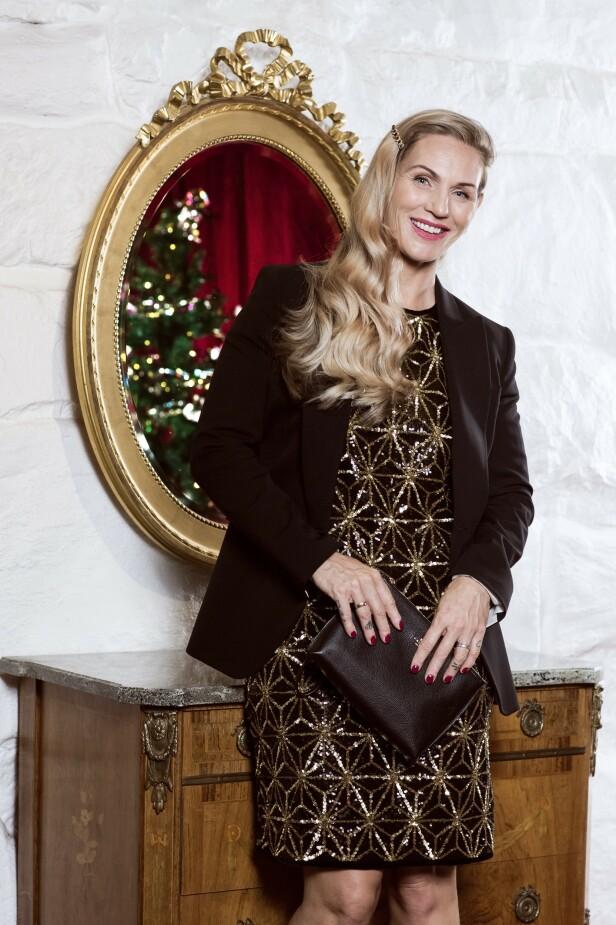 ETTER: Kjole (kr 2800), blazer (kr 3000, Tiger of Sweden) og clutch (kr 1900, Coach). Tips! Ton ned den glitrende kjolen med en klassisk dressjakke. FOTO: Astrid Waller