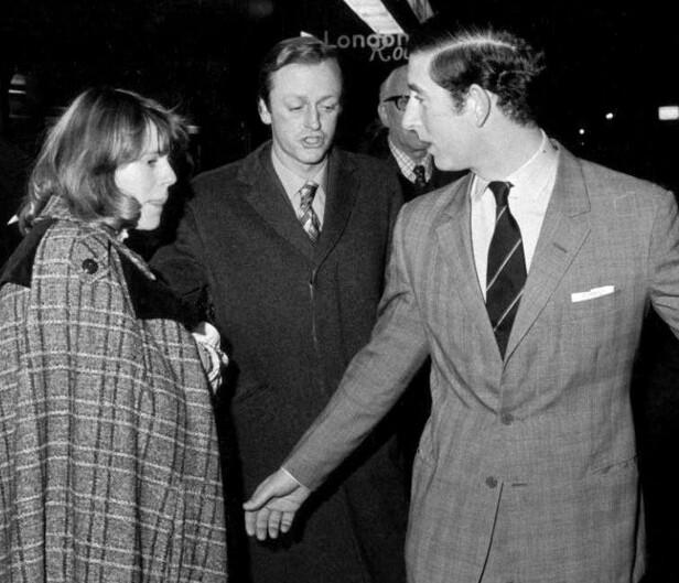 TROJKA: Prins Charles sammen med Camilla og Andrew Parkes Bowles på Operaen i 1975. FOTO: NTBScanpix