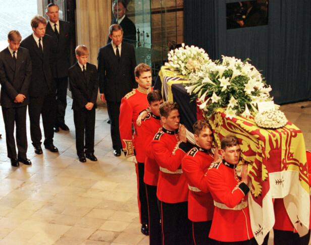 SORGTUNG DAG: William og Harry følger mamma Diana til sin siste hvile i 1997, etter at hun ble drept i trafikkulykken i Paris. FOTO: NTBScanpix