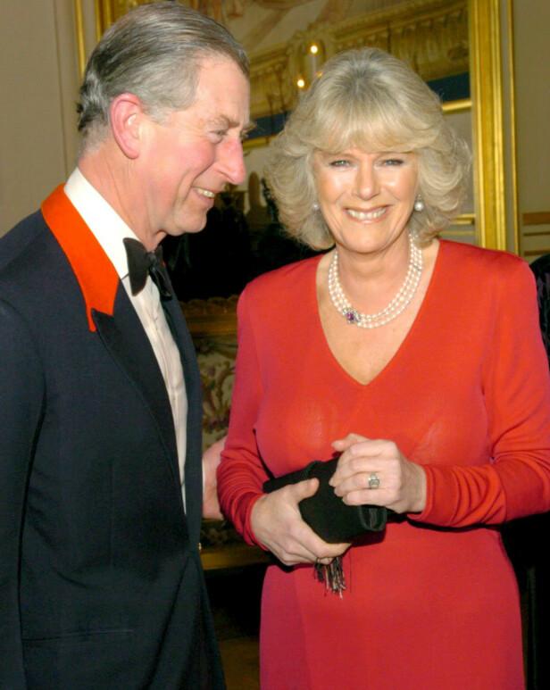 FORLOVET: Endelig kom dagen for å vise kjærligheten offentlig. Forlovelsen mellom Charles og Camilla kom i 2005. FOTO: NTBScanpix