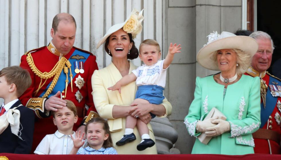INNE I VARMEN: Camilla på slottsbalkongen sammen med hele familien i 2019. FOTO: NTBScanpix