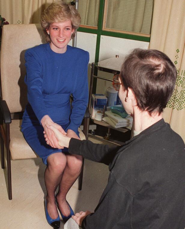 OMSORGSFULL: Diana holder en Aids-syk i hånden, i en tid der stigma mot HIV/Aids var stort. FOTO: NTBScanpix