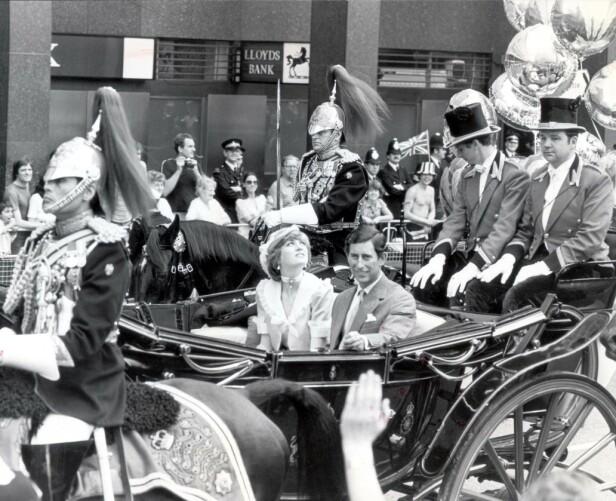 PIKANT OPPTOG: Andrew Parker Bowles, Camillas ektemann, sitter til hest rett bak vognen som kjører nygifte Charles og Diana. FOTO: NTBScanpix