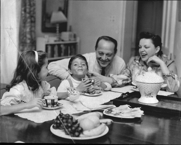Judy sammen med sin tredje ektemann, Sid Luft, og deres to felles barn, Lorna og Joey. FOTO: NTBScanpix