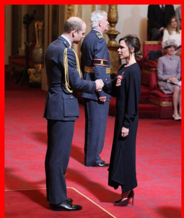 BUCKINHAM PALACE: Victoria Beckham mottar sin OBE av prins William. FOTO: Pa Photos