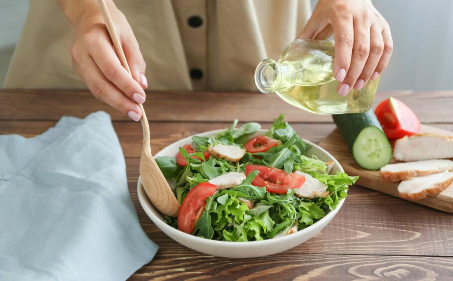 FET OLJE: Det er godt og sunt å bruke litt olje på salaten, men er det bra for huden? FOTO: NTB Scanpix