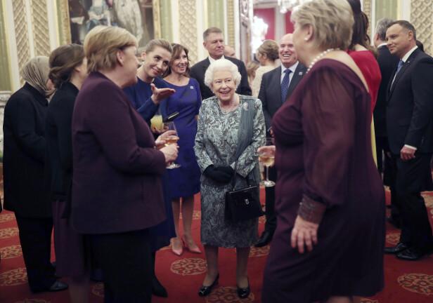 LYSTE OPP: Til tross for at dronning Elizabeth har mye å stri med om dagen, lyste hun opp da hun møtte vår egen statsminister Erna Solberg under NATO-feiringen. Her med Tysklands forbundskansler Angela Merkel (t.v.) og Danmarks til nå yngste statminister Mette Frederiksen (med hånden ut). FOTO: NTB scanpix