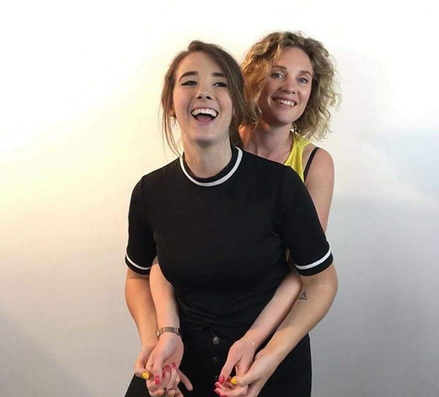 RUNKEKANAL: Amanda og Anna ønsker ikke å være en runkekanal som folk blir kåte av med podkasten Alla Våra Ligg - men heller informere og snakke tabufritt om sex. FOTO: Privat