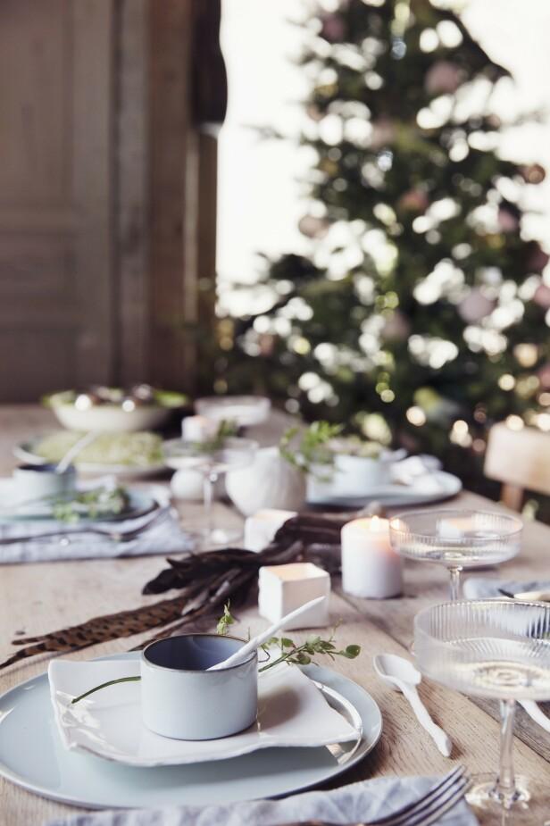 Champagneglassene er fra Eske Interiør. Tips! Bruk ulike farger og former på tallerkenene for å skape fint spill i borddekkingen. FOTO: Yvonne Wilhelmsen