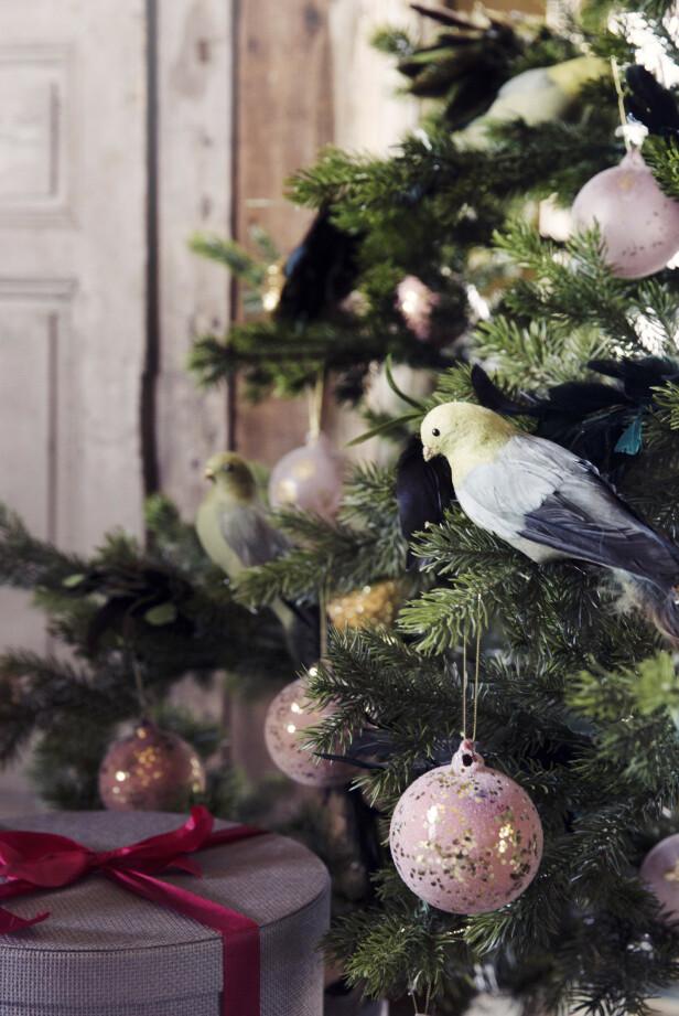 De små, søte fuglene gir juletrepynten et nydelig, nostalgisk preg. Både treet og pynten er fra shishi.no. FOTO: Yvonne Wilhelmsen