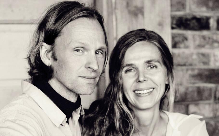 Olaf Rademacher og Ingvild Flesland flyttet inn i tømmerhuset i Heggedals skoger for 19 år siden. FOTO: Yvonne Wilhelmsen