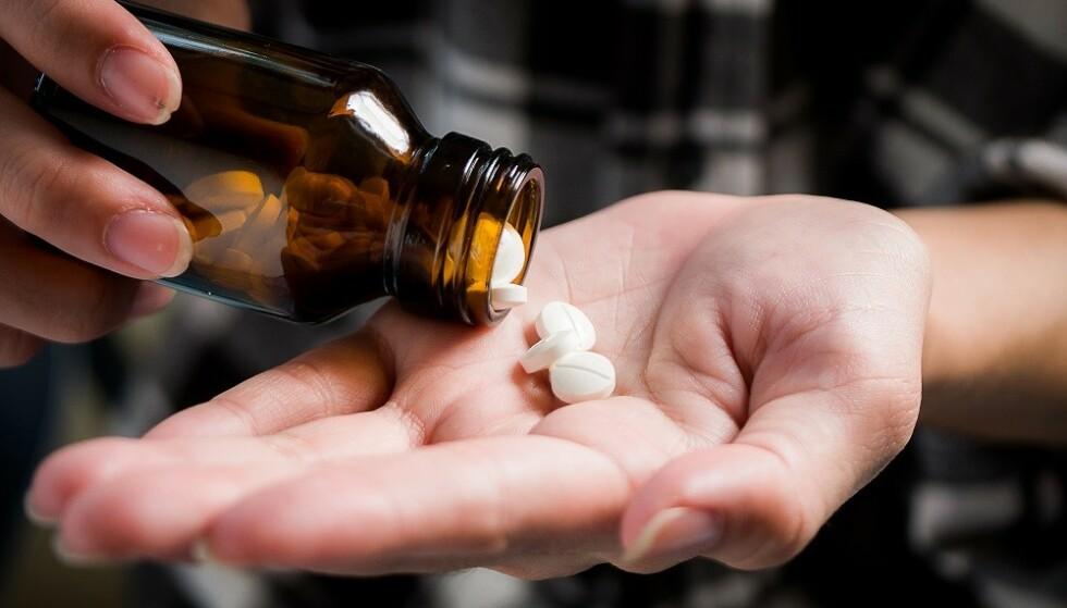 HODEPINETABLETT: Hodepinetabletter som inneholder acetylsalisylsyre kan hjelpe treet med å holde seg lenger. FOTO: Scanpix
