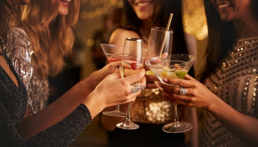 FEST: Mange av oss drar på fester i desember og drikker kanskje mer enn det vi pleier. FOTO: NTB Scanpix