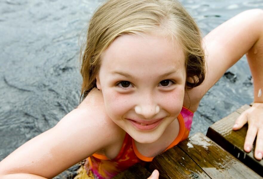 SVØMMEUNDERVISNING UTE: Per i dag har færre enn to prosent av norske skoler utendørs svømmeundervisning. FOTO: NTB Scanpix