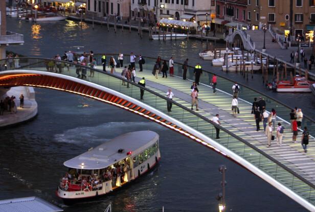 BAMBINO PÅ ISEN: Om man legger turen over Ponte della Costituzione må man passe på hvor man setter føttene. FOTO: NTB Scanpix