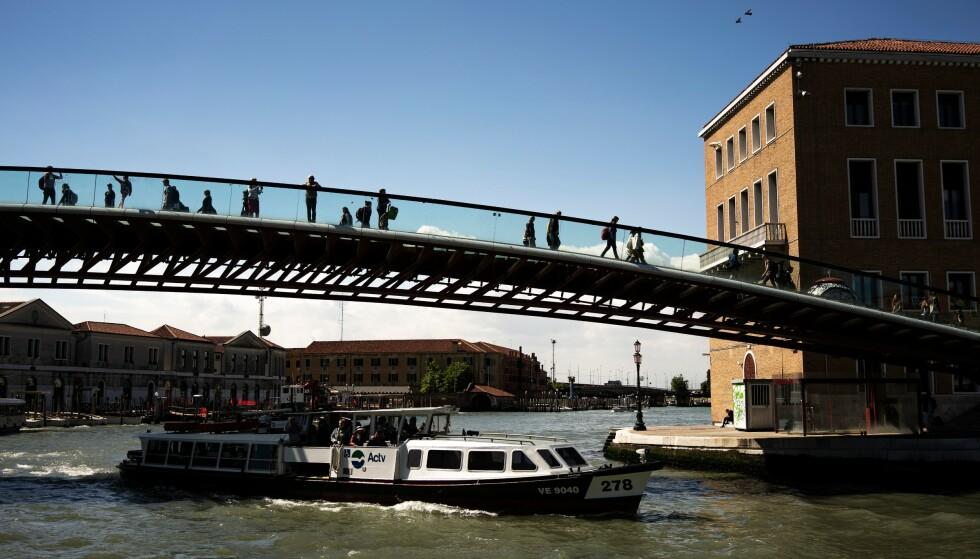 PÅ LØPENDE BÅND: Ifølge Science Channel skal så mye som 5000 mennesker ha søkt om erstatning etter fall på glassbroen over Grand Canal. FOTO: NTB Scanpix