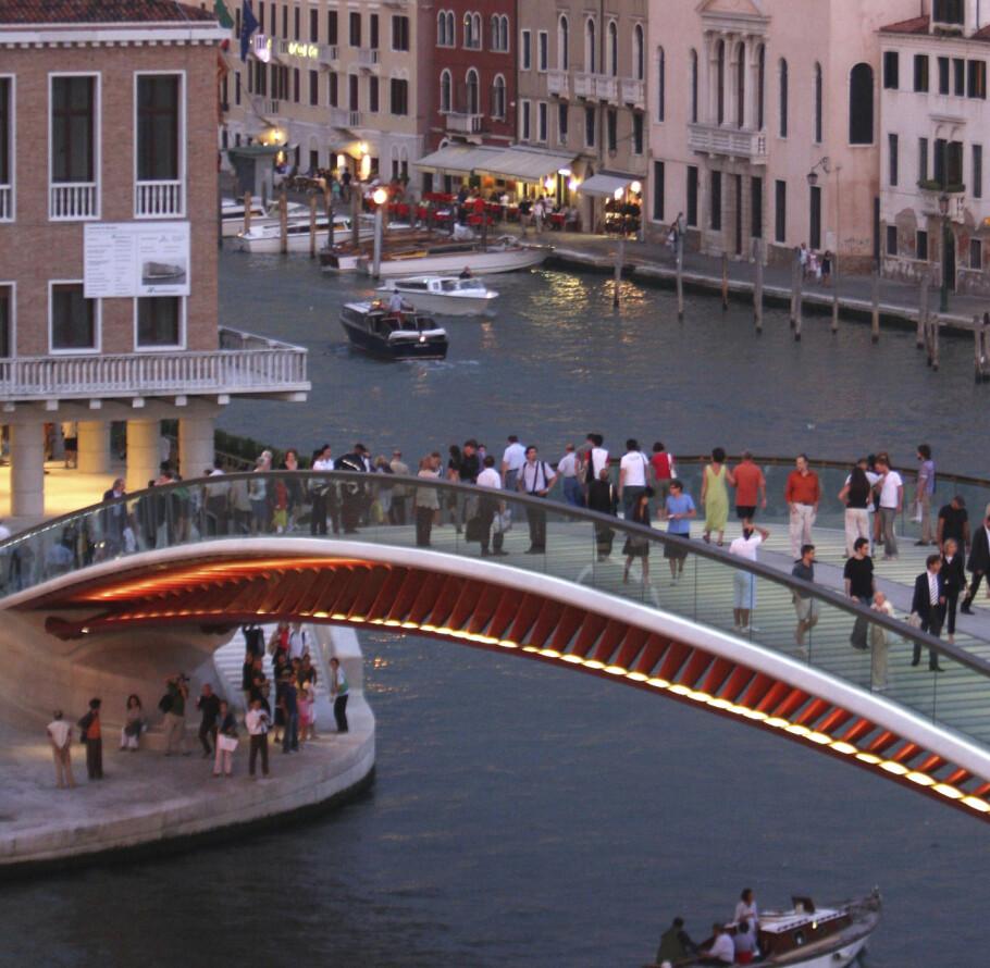 ULYKKESBRO: Den spanske stjernearkitekten bak broen Ponte della Costituzione er dømt til å betale erstatning til byen Venezia. FOTO: NTB Scanpix