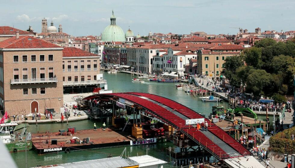 STILLE FØR STORMEN: Spenningen var stor i Venezia da den nye broen over Grand Canal var påbegynt i 2007. FOTO: NTB Scanpix