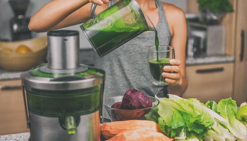 HJEMMEPRESSET JUICE: Hvis du har en juicer bør du heller lage din egen juice enn å kjøpe i butikken. FOTO: NTB Scanpix
