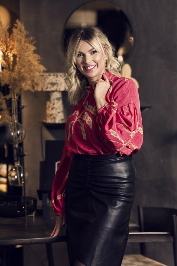 Bluse (kr 1600, Stella Nova) og skjørt (kr 1895, Designers Remix). Tips! En lekker bluse og et skinnskjørt er perfekt når du vil pynte deg uten å gå for kjole. FOTO: Astrid Waller