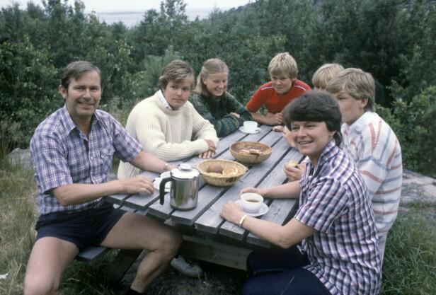 Gro på ferie med familien på hytta ved Helleskilen på Kirkøy i 1981, da Gro nylig var blitt statsminister. Fra venstre: far Arne Olav, Knut (19), Gros søster Hanne Harlem (16), Jørgen (14), Kaja (17), Ivar (15) og mor Gro. FOTO: Erik Thorberg /NTBSCANPIX