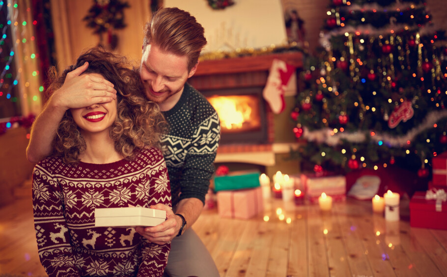 KJÆRESTEGAVE: Lurer du på hvor mye gaven til kjæresten din burde koste? Ny undersøkelse fra datingtjenesten Match tar tempen på dette blant det norske folk. FOTO: NTB scanpix