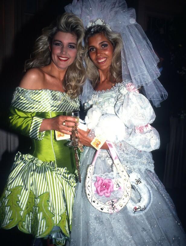 TENÅRINGSBRUD: Mandy (t.h.) og søsteren Nicola på bryllupsfesten da Mandy (18) giftet seg med bassisten i Rolling Stones, som da var 52. NTBScanpix.