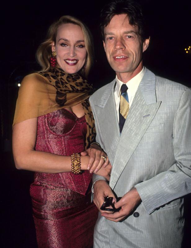 FESTLIG LAG: Mick Jagger og kona Jerry Hall var blant gjestene da bandkollega Bill Wyman giftet seg med 18-år gamle Mandy Smith, som han hadde vært sammen med siden hun var 13 år. FOTO: NTBScanpix.