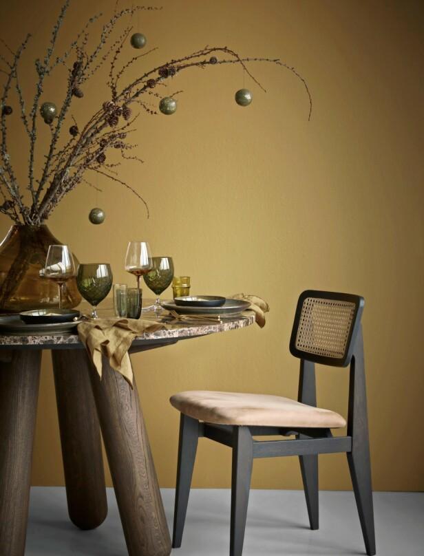 Bord fra Bolia, stol fra Gubi, høye vinglass fra Broste Copenhagen, grønne vinglass fra Frederik Bagger, vannglass med riller fra Iittala, vannglass og stor tallerken fra Notre Dame, liten tallerken og serviett fra Blomus, bestikk fra H&M Home, vase fra Rabens Saloner. FOTO: Katrine Myrhdal