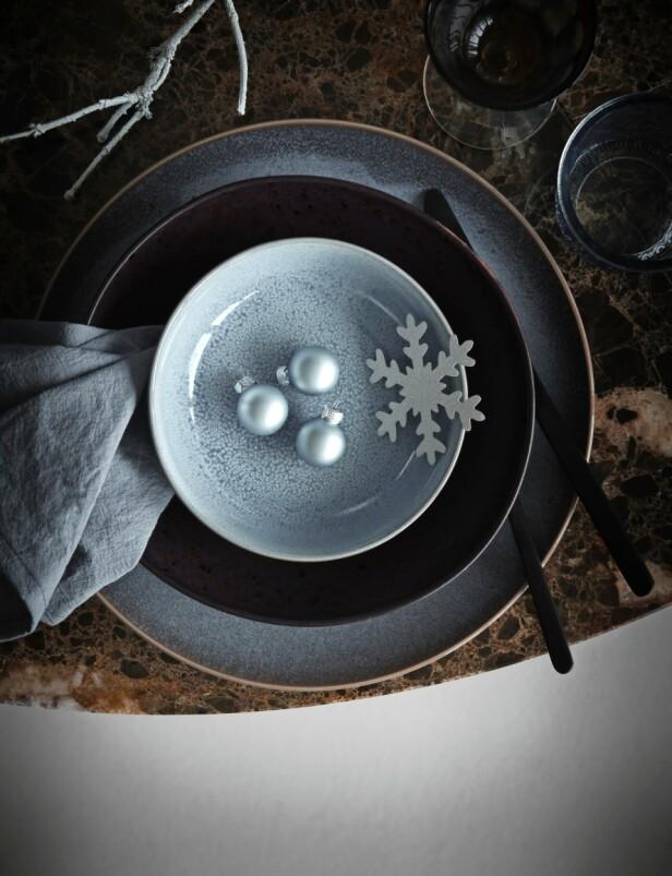 Stor tallerken, liten skål og små julejuler fra Notre Dame, dyp tallerken fra H Skjalm P), bestikk fra H&M Home og tøyserviett fra Muubs. FOTO: Katrine Myrhdal