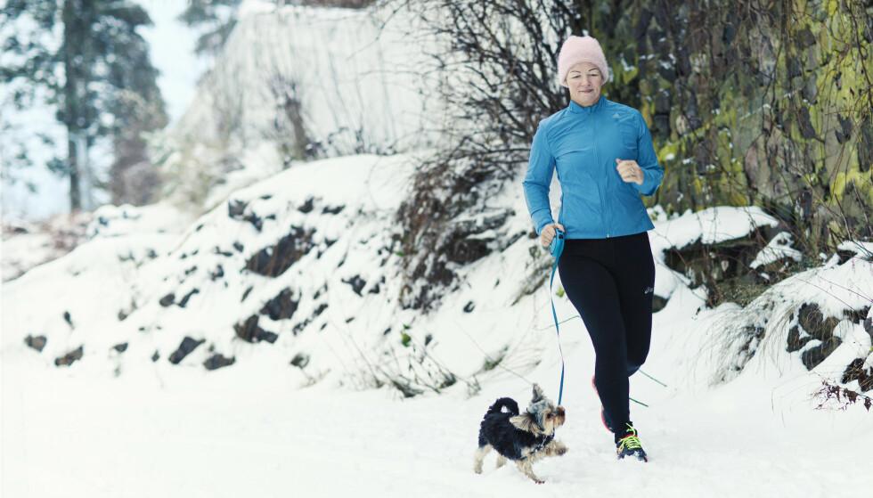 Monica er sporty og elsker å være aktiv med hunden Lucky. FOTO: Astrid Waller