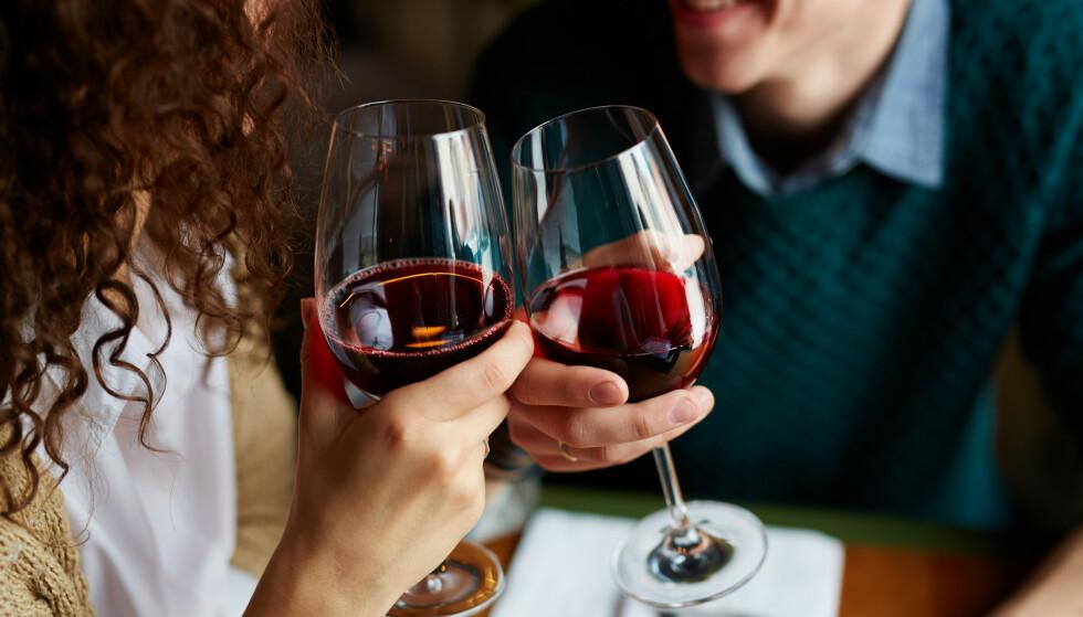 LITT ER BEDRE ENN MYE: Litt alkohol kan føre til at du slapper av, blir i bedre humør og er mer til stede i øyeblikket. FOTO: NTB Scanpix